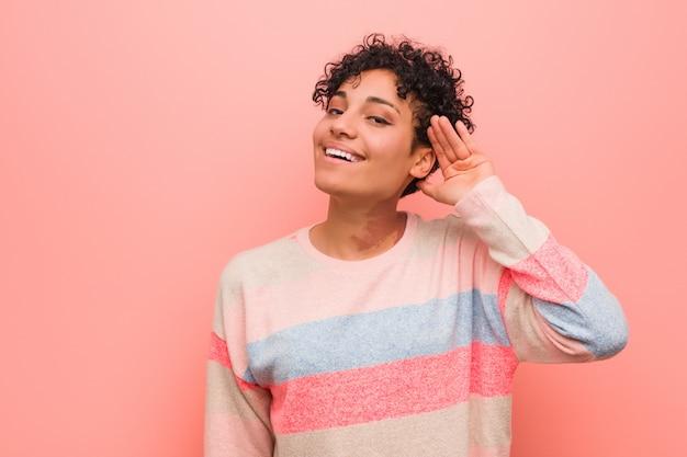 Potomstwa mieszali amerykanina afrykańskiego pochodzenia nastolatka kobiety próbuje słuchać plotki.