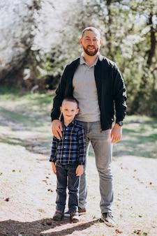 Potomstwa ojcują z małym synem w drewnach