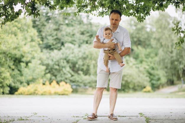 Potomstwa ojcują z małym synem w parku