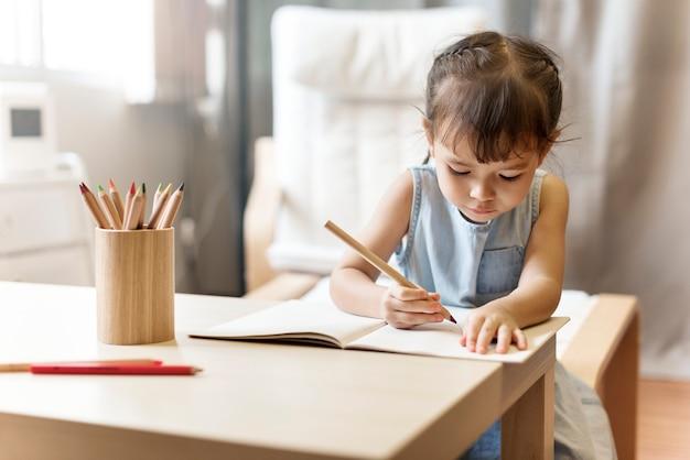 Potomstwo maluch adolescene wesoła dziewczyna szczęśliwa koncepcja