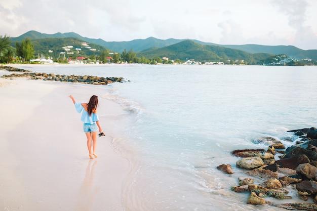 Potomstwo mody kobieta w swimsuit na plaży