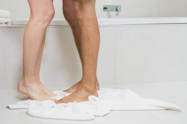 Potomstwo para kąpać się wpólnie w wannie w łazience
