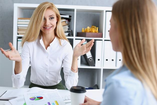 Potomstwo para próbuje dostawać pożyczkę przy banka urzędnika konsultanta biurem. planowanie przyszłego życia małżeńskiego oczekiwanie na opiekę społeczną dyskusja początkowy kredyt hipoteczny urzędnik skarbowy wizyta koncepcja