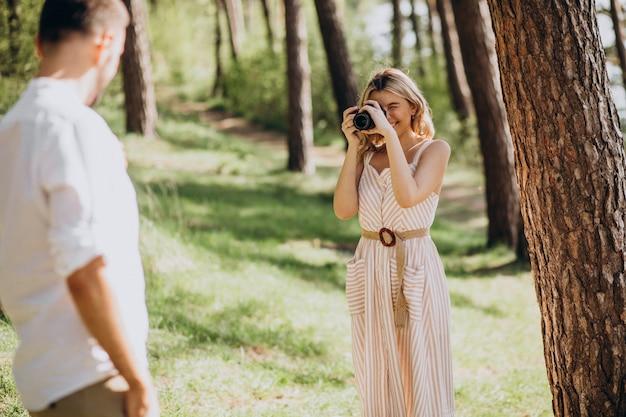 Potomstwo para robi fotografiom w lesie