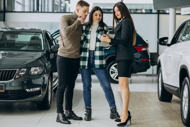 Potomstwo para wybiera samochód w samochodowym przedstawienie pokoju