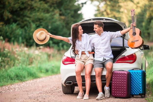 Potomstwo pary turysta cieszy się na wakacje