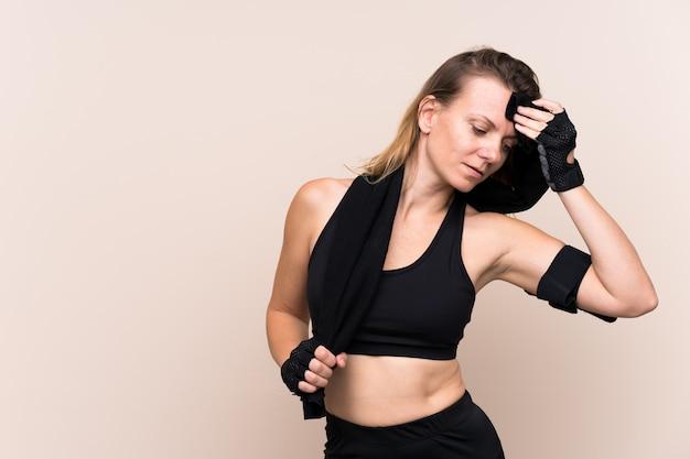 Potomstwo sporta kobieta nad odosobnioną ścianą