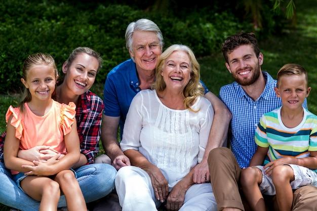 Potrait hapy rodziny relaks na podwórku