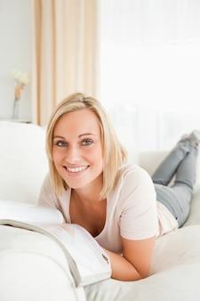 Potrait z blondynem kobieta z magazynu