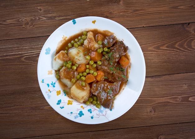 Potrawka jagnięca francuskie mięso pokrojone na małe kawałki, duszone lub smażone