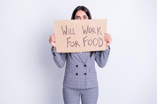 Potrzebujesz jedzenia. zdjęcie zwolnionej damy cierpieć kryzys finansowy stracił pracę praca trzymać afisz szukaj pracy głodny oferta wymiany ukryj płacz twarz strój formalny garnitur na białym tle szary kolor tło