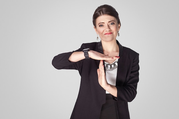 Potrzebujesz wstrzymać bizneswoman pokazując znak limitu czasu