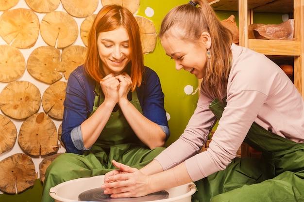Potter uczy młodą kobietę