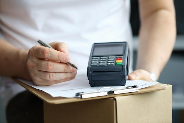 Potwierdzenie zamówienia podpisu męskiej ręki z bliska i zapłać terminalem.