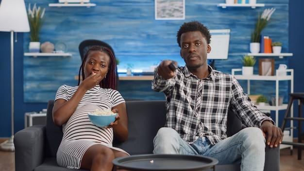 Pov afroamerykańskich rodziców siedzących na kanapie