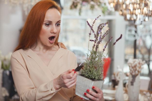 Powabna kobieta cieszy się robić zakupy w domu wystroju sklep