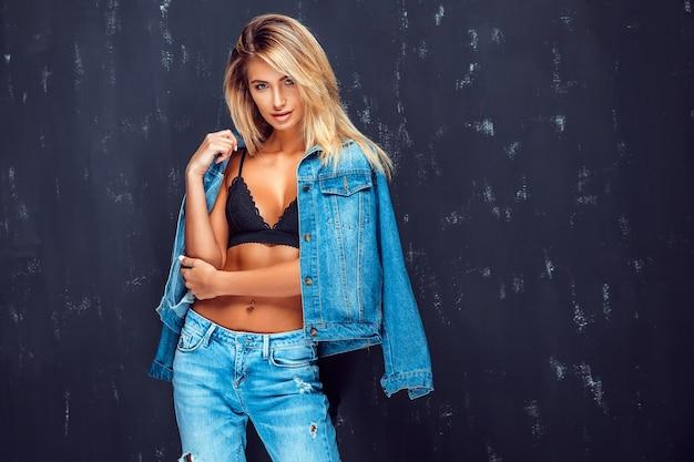 Powabny model w staniku i jeansie