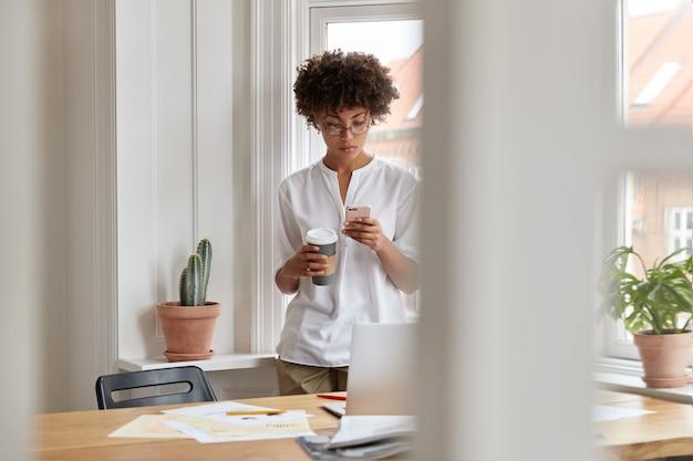 Poważna atrakcyjna copywriter dziewczyna pracuje w domu