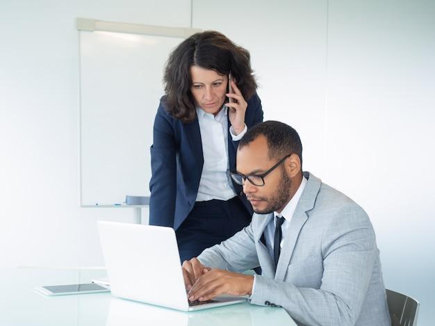 Poważna biznesowa kobieta opowiada klient