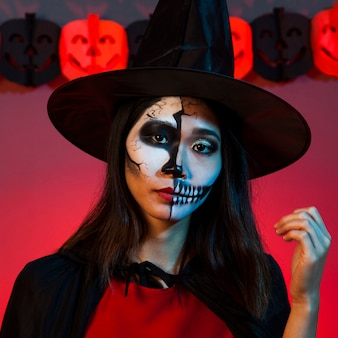 Poważna dziewczyna w kostiumie halloween