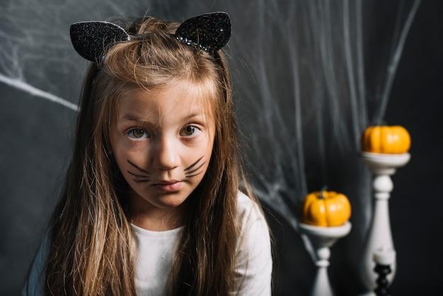 Poważna dziewczyna w stroju kota