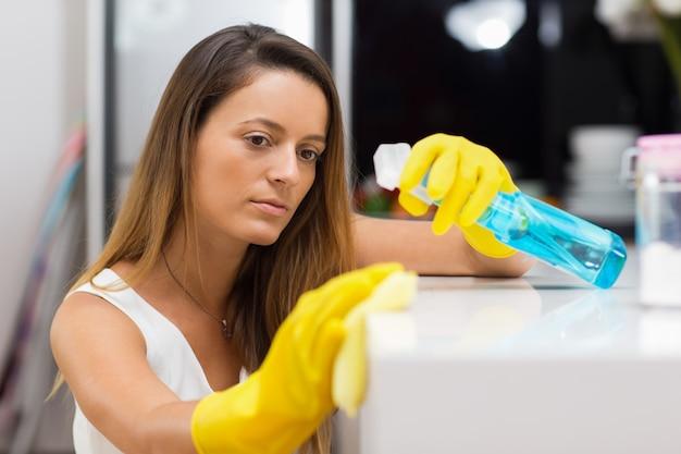 Poważna gospodyni domowa pracuje na idealnym poziomie