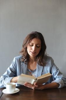 Poważna kobieta czytanie książki.
