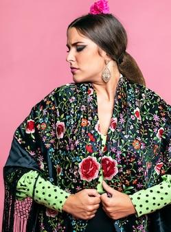 Poważna kobieta nosi szal manila