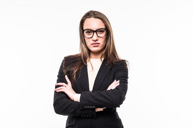 Poważna kobieta w klasycznym czarnym apartamencie na białym tle
