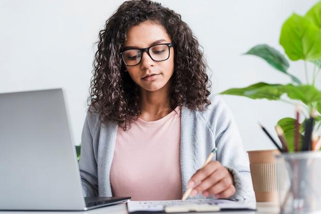Poważna młoda kobieta pracuje w biurze