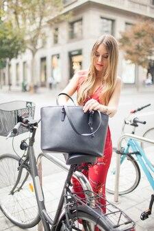 Poważna piękna dama z bicyklem outdoors