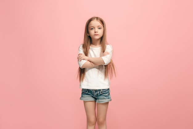 Poważna, smutna, wątpliwa, zamyślona nastolatka uczęszczająca do studia