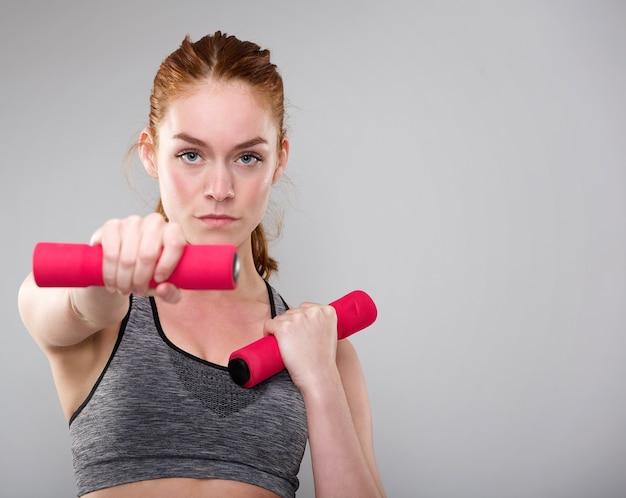 Poważna sport kobiety mienia ciężary