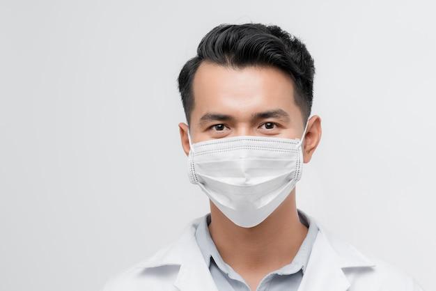 Poważna twarz męskiego lekarza patrzącego w kamerę, ostrzeżenie o epidemii, medycynie