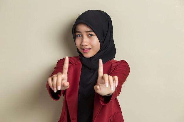 Poważna zdenerwowana azjatycka muzułmańska kobieta pokazuje gest ręki stop