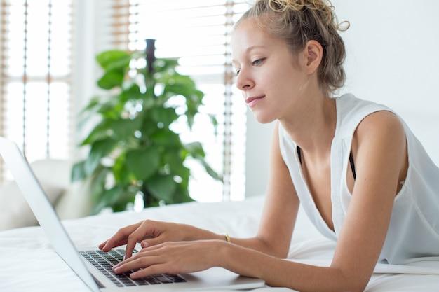 Poważne businesswoman lub student pracy na laptopie