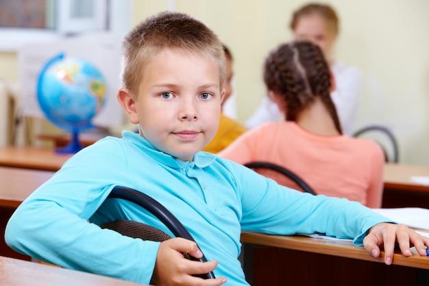 Poważne chłopiec z uczennica na tle