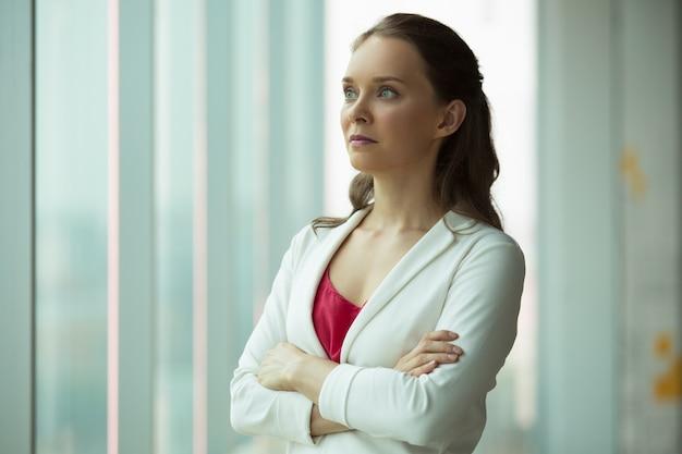 Poważne inteligentne businesswoman myślenia o skłonności