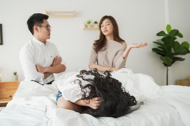Poważne relacje w rodzinie azjatyckiej między mężem a żoną, dzieci wykorzystują przyczynę rozwodu rodzica. związek rozwodowy w rodzinie. dziewczyna żyje w sytuacji krytycznego związku z przemocą.