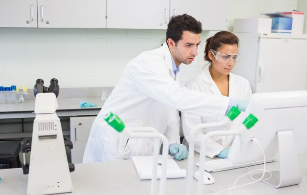 Poważni badacze używający komputer w laboratorium