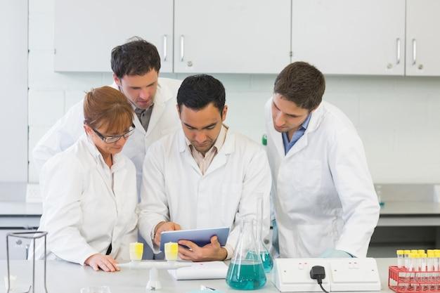 Poważni naukowcy używają tabletu w laboratorium