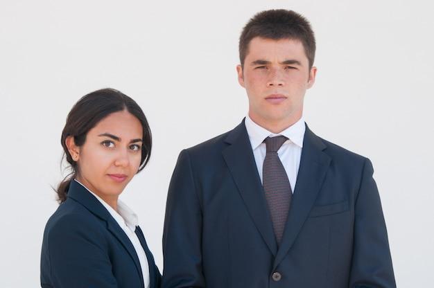 Poważni pomyślni biznesowi koledzy pozować