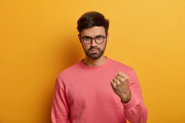 Poważnie Zirytowany Agresywny Mężczyzna Podnosi Pięść, Wyraża Negatywne Uczucia I Nastawienie Darmowe Zdjęcia