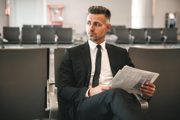 Poważny biznesmen czyta gazetę