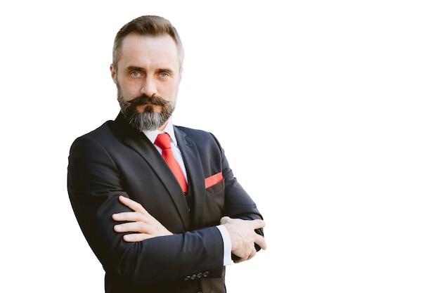 Poważny biznesmen łaciński broda stojący zaufanie na białym tle na białym tle ze ścieżką przycinającą