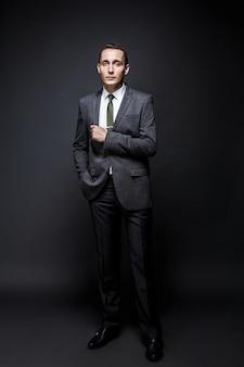 Poważny biznesmen na sobie szary garnitur i krawat