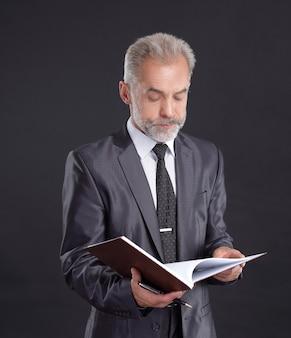 Poważny biznesmen podpisuje dokument roboczy.