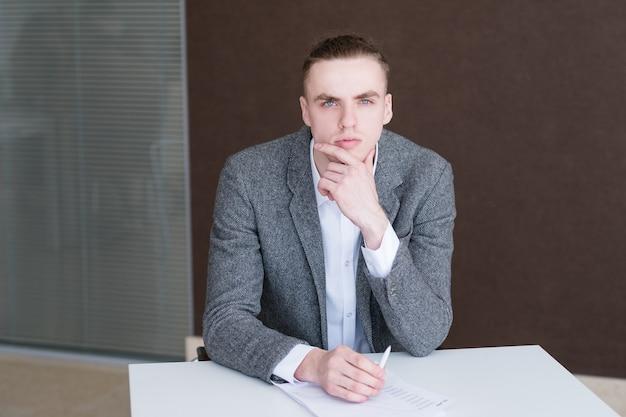Poważny biznesmen w pracy. kierownik firmy w swoim miejscu pracy.