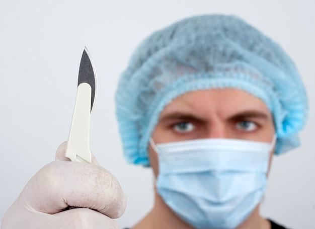 Poważny chirurg z nożem