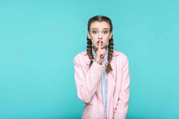 Poważny cichy portret pięknej słodkiej dziewczyny stojącej